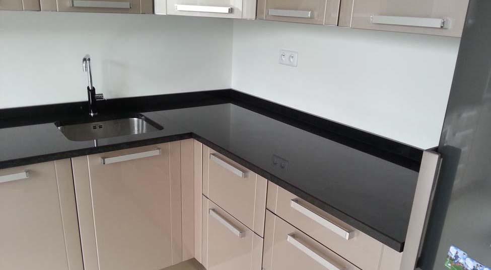 Plan de travail granit noir pas cher sofag for Cuisine granit noir