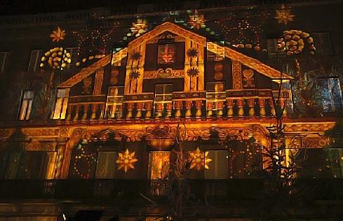 Projecteur lumiere facade noel sofag for Projecteur lumiere maison