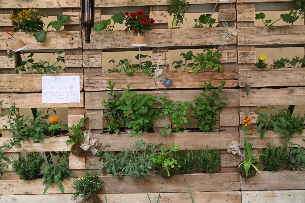mur vegetal avec palette sofag. Black Bedroom Furniture Sets. Home Design Ideas